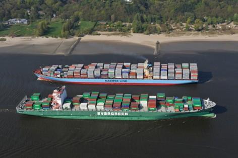 Gigantentreffen: EUROPA, DEUTSCHLAND, HAMBURG, (EUROPE, GERMANY), 16.04.2009: Ever Conquest (vorne) und Carlotte Maersk, Container,  Hamburger Hafen, Elbe, Schiff, Seeschiff, Containerschiff, Logistik, Transport, Wirtschaft, Boom, Reederei AP Moller Maersk, Conti Reederei,   Luftbild, Luftansicht, Luftaufnahme, Aufwind-Luftbilder c o p y r i g h t : A U F W I N D - L U F T B I L D E R . de G e r t r u d - B a e u m e r - S t i e g 1 0 2,  2 1 0 3 5 H a m b u r g , G e r m a n y P h o n e + 4 9 (0) 1 7 1 - 6 8 6 6 0 6 9  E m a i l H w e i 1 @ a o l . c o m w w w . a u f w i n d - l u f t b i l d e r . d e K o n t o : P o s t b a n k H a m b u r g  B l z : 2 0 0 1 0 0 2 0  K o n t o : 5 8 3 6 5 7 2 0 9 V e r o e f f e n t l i c h u n g  n u r  m i t  H o n o r a r  n a c h M F M, N a m e n s n e n n u n g  u n d B e l e g e x e m p l a r !