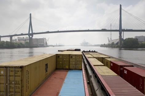 30.05.2013 // Container Terminal Hamburg, Waltershofer Hafen, 21129 Hamburg // Schiffsführer Jörg Wetzig navigiert einen Schubleichter vom Waltershofer Hafen, in Richtung Süderelbe. Dabei unterfährt er die Köhlbrandbrücke.