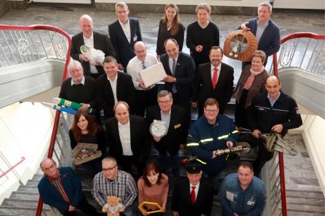 Unser Bild zeigt die Ehrenamtler mit den ihnen verbundenen Currenta- Mitarbeiterinnen und Mitarbeitern und den Geschäftsführern Dr. Günter Hilken (mit Geschenkpaket) und Dr. Alexander Wagner (rechts daneben).