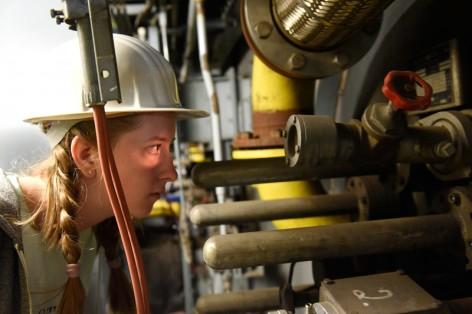 Tiefe Einblicke in die Chemie – Schülerin Lisa Erhardt beim Girls´ Day im Kraftwerk im Chempark Leverkusen.