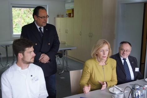 170504 Besuch von Ministerin Wanka_Bild 2