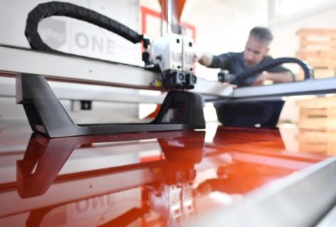 Michel David, Senior 3D Print Specialist, der Firma bigrep  beobachtet am 11.0.17  den Druck einer Kopfstütze. Foto: DB AG/Oliver Lang
