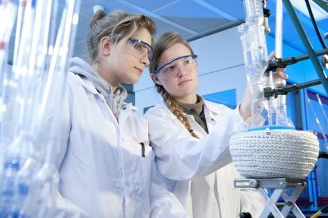 Die Chemie-Akademie-Teilnehmerinnen Vanessa Nikolaye und Sabrina Brunner (v.l.) führen einen Versuch mit Zucker durch.