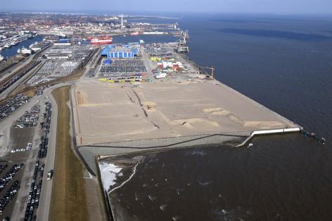 Cuxhaven Cuxport Industrieflächen -Offshore 28.2.18 Luftfoto Scheer