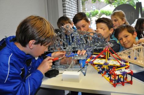 Die Schüler der Projekt-AG der Gesamtschule Uerdingen mit ihren selbstgebauten Brückenmodellen.