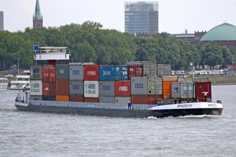 kleinhinterland_containertransport-per-binnenschiff_copyright_hhm-hasenpusch
