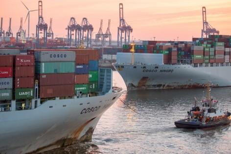 Begegnung-von-zwei-Grosscontainerschiffen-im-Hamburger-Hafen_copyright-Glaubitt