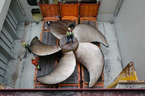 Verladung eines Schiffspropellers mit 9,2 Metern Durchmesser / Loading of a ship propeller with a diameter of 9.2 metres