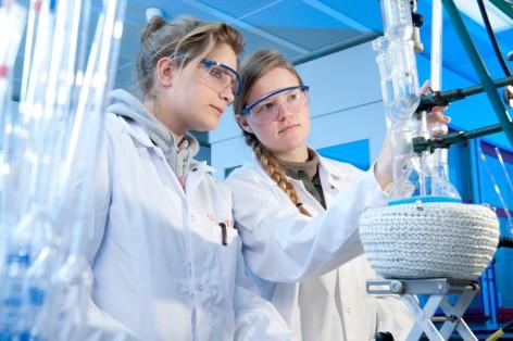 """Chemieneugierige Schülerinnen im Currenta-Labor – getreu dem """"Deine Zukunft – schau rein und mach mit""""."""