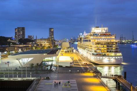Europa, Deutschland, Hamburg, Kreuzfahrtschiff, Aida Luna, Ankunft Abfahrt in Hamburg, Cruise Center Altona, Michel, Elbe, Hafen, Abend, Fischmarkt