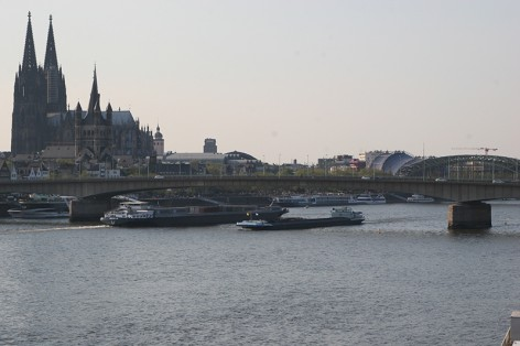 Schiffe_am_Dom_April2011