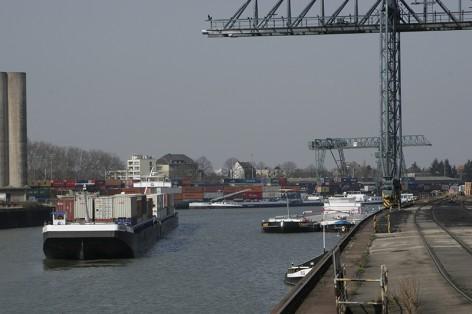 """Nach der Haverie des Containerschiffes MS """"Exelsior"""" bei Köln-Porz (Zündorf) am 26. März 2007 wurde aufgrund der Schifffahrtsperre zwischen Köln-Niehl und Köln-Godorf der Hafen in Köln-Niehl so richtig voll am nächsten Tag"""